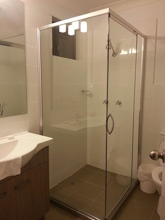 Narrabri, Australia: Bright & room bathroom