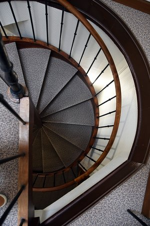 Hotel Croix Blanche: Narrow Spiral Staircase