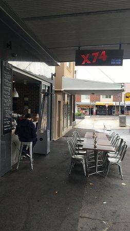クーギー, オーストラリア, 店の前