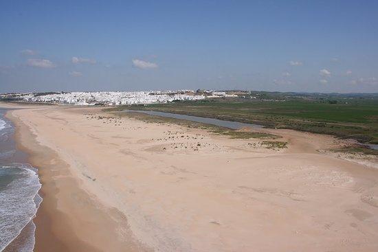 Conil de la Frontera, Spania: Playa de Castilnovo con Conil al Fondo