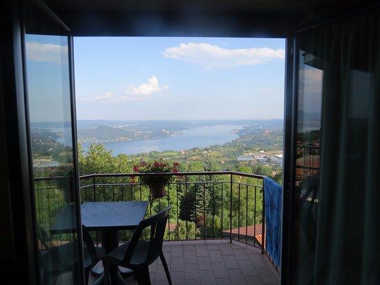 Nebbiuno, Itália: Blik op Lago Maggiore vanuit de kamer.