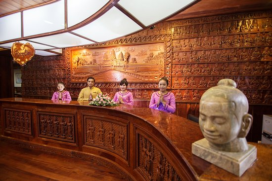 Ta Prohm Hotel: Front Desk Staff