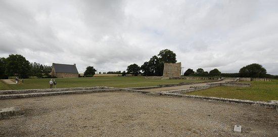 Corseul - Blick über die Anlage auf den Stumpf der Tempelcella