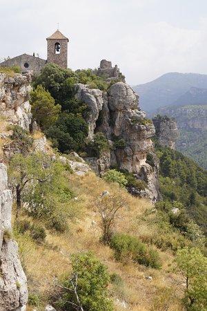 Siurana, España: La Iglesia gótica en la cima de la población. Un marco incomparable, y realmente peligroso.