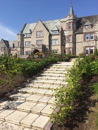 Breaffy House Resort: Steps down into gardens
