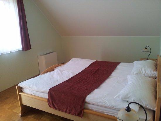 pension torok il letto con il classico piumino singolo