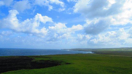 Ballycastle, Ιρλανδία: Entorno de acantilados y grandes prados con ovejas