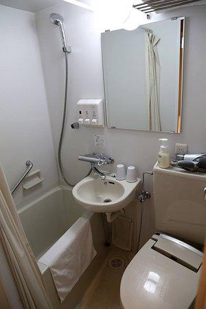 E Hotel Higashi Shinjuku: 浴室麻雀雖小,五臟俱全。