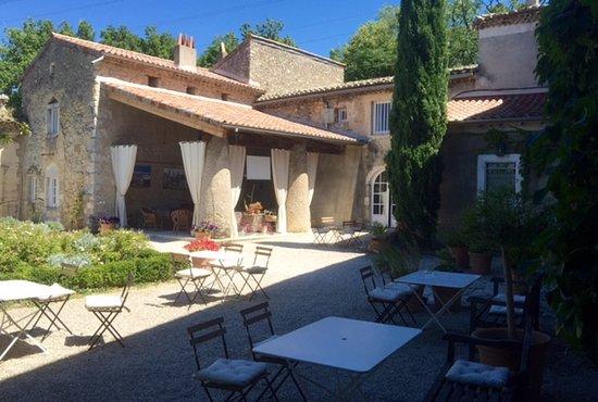 Saint-Lager-Bressac, France: Le petit déjeuner en terrasse...