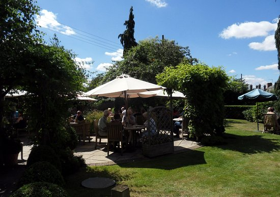 Welford on Avon, UK: Bell Inn garden, Welford-on-Avon