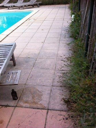 Riols, Francja: slecht onderhouden terrein rond het zwembad