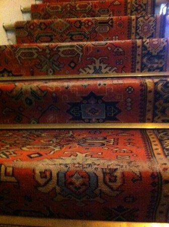 Riols, Francia: versleten tapijt op de trap
