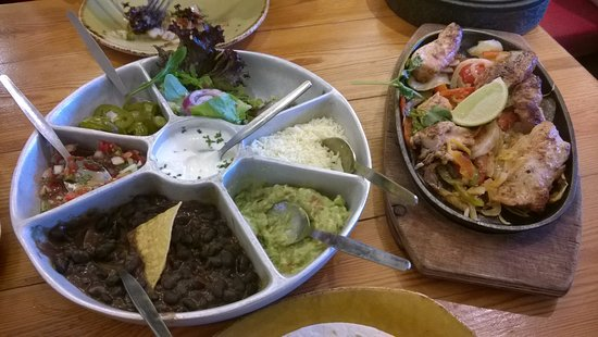 Cafe des Amis: Fajita with chicken and different sauces