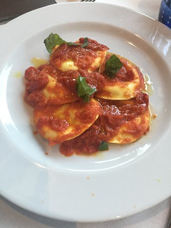 Cercola, อิตาลี: Ravioli con ricotta e mozzarella