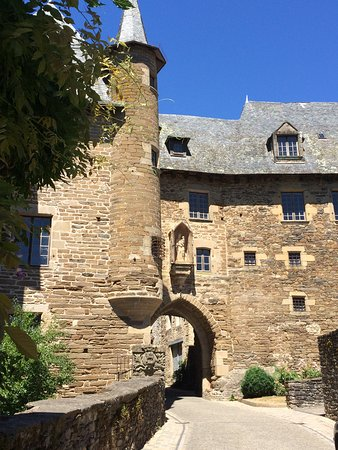 """Uzerche, Francia: One of the old city gates, leading into the """"old town"""""""