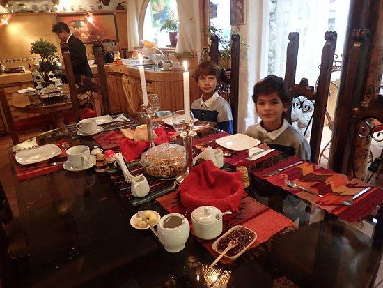 Hostal Madre Tierra: Breakfast Table