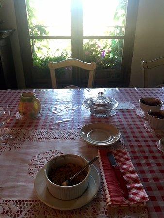 Trebes, Frankrike: sala para o café da manhã