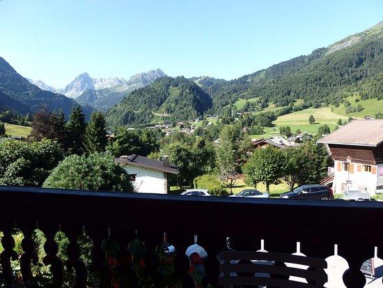 Chalet Hotel Gai Soleil: Vue de notre balcon : sur les montagnes