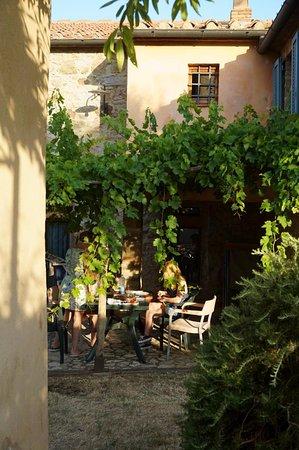 Antico Borgo di Tignano: L'ulivo: ontbijt onder de pergola
