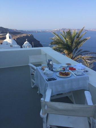 Pantelia Suites: Breakfast on the balcony