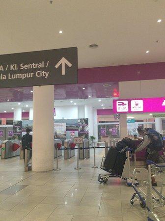 Sepang, Malasia: KLIA2のKLExpressの改札口