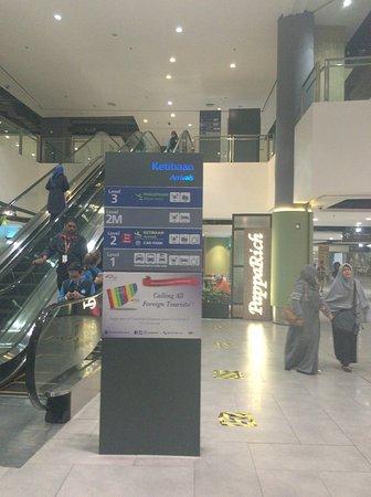 Sepang, Malasia: 改札を出て左側のエスカレータで2Mへ(Hotelと書いてある)