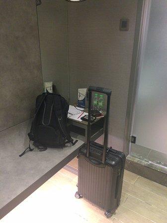 Сепанг, Малайзия: 部屋の写真。荷物置きは結構十分ある