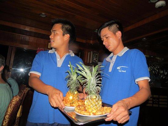 Vega Travel: Nuestro Guia entrando con un plato especial
