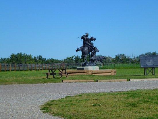 Bar U Ranch National Historic Site: la statue à l'entrée du site