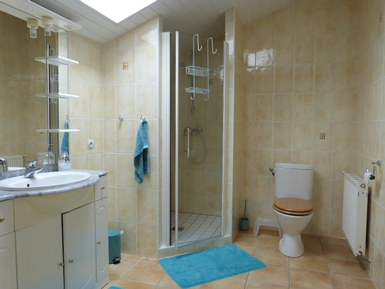 Lot-et-Garonne, France : Shared shower room
