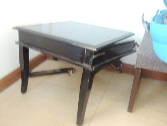 Khurana Inn: Broken table