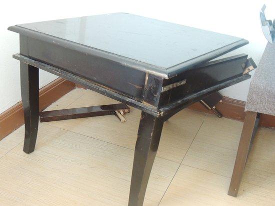 Khurana Inn: Broken table in the room