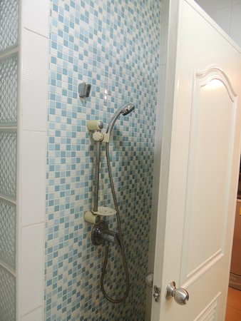 Khurana Inn: Not enough space for shower