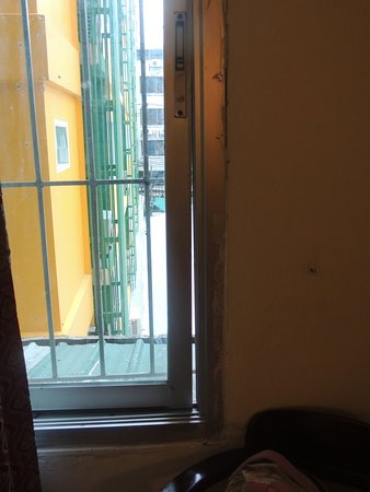 Khurana Inn: Non secure window