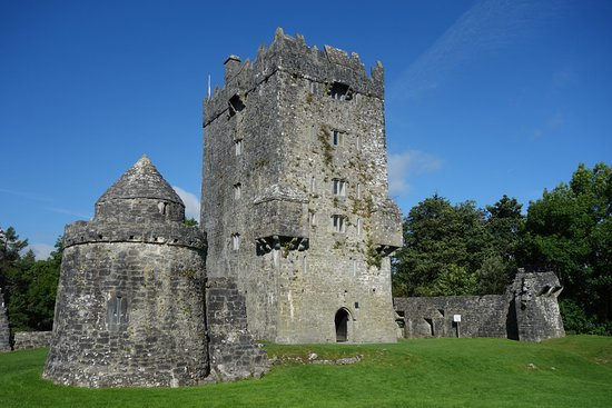 Oughterard, Irlandia: Aughnanure Castle and watch tower