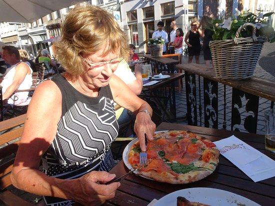 Zutphen, The Netherlands: Vaticano - pizza met zalm