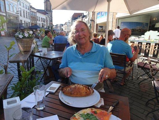 Zutphen, The Netherlands: Vaticano - pizza calzone met kip