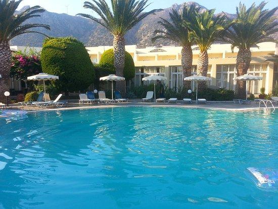 La piscine calme et le bar avec musique zz top au fond for Au fond de la piscine chanson