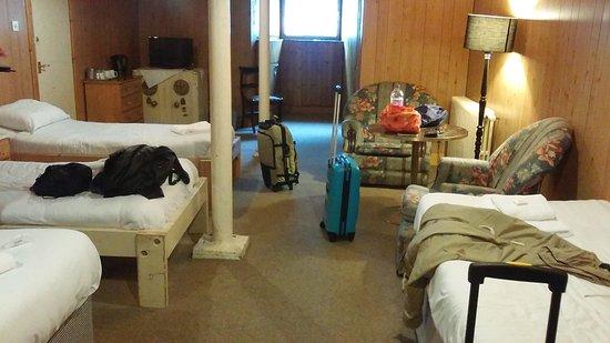 Abbot's House Hotel: Habitación en el sotano. Un laberinto para llegar. Vistas de las ruedas de los coches del parkin