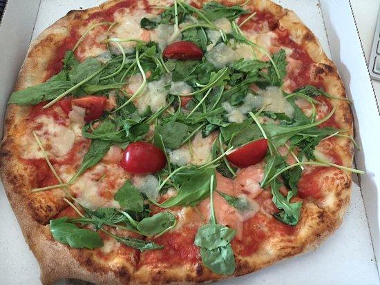 Schwabach, Almanya: Pizza Rucola-Lachs-Mozzarrella