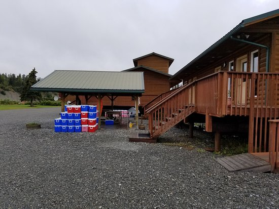 RW's Fishing & Big Eddy Resort : Fish cleaning area with office to the right.