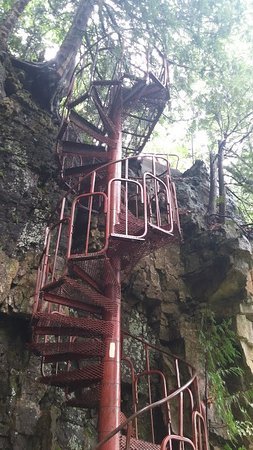 Wiarton, Canada: Spiral stair to access the ruins from below the cliff