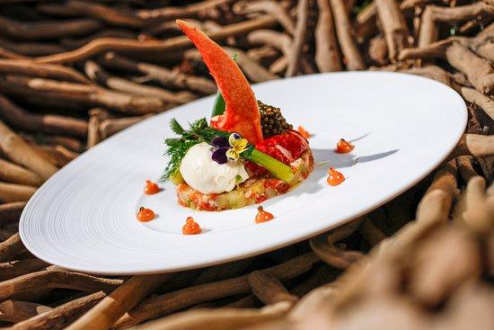 Auberge Saint Walfrid : Homard Bleu en Salade, Asperge vertes et pousses du jardin, nage montée, Caviar Golen Queen