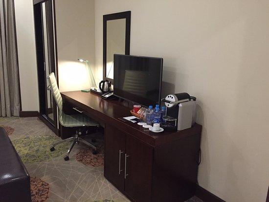 Radisson Blu Plaza Hotel, Jeddah: Desk U0026 Mini Bar