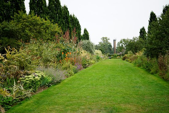 garden tastefully planted - Picture of Broadview Gardens, Hadlow ...