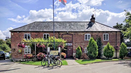 Pewsey, UK: Bistro is on the left overlooking the canal