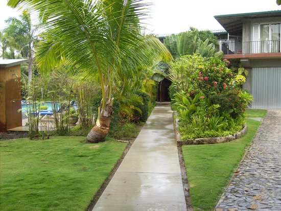Almond Tree Hotel Resort: Walkway to secluded main entrance