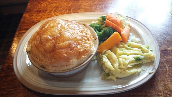 Hollingbourne, UK: Very nice chicken pie with freshly baked crust
