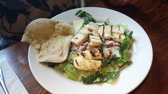 Hollingbourne, UK: Salad with grilled halloumi cheese