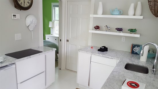 Duxbury, MA: Adorable kitchen (no oven but there is a stove top, dishwasher, dishes, cutlery, and cooking nec